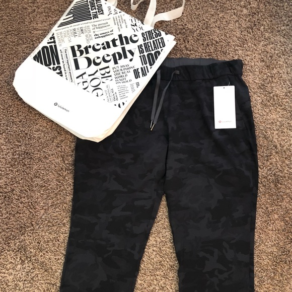 9b65dea10 Lululemon camo on the fly pant 28 in size 12 NWT